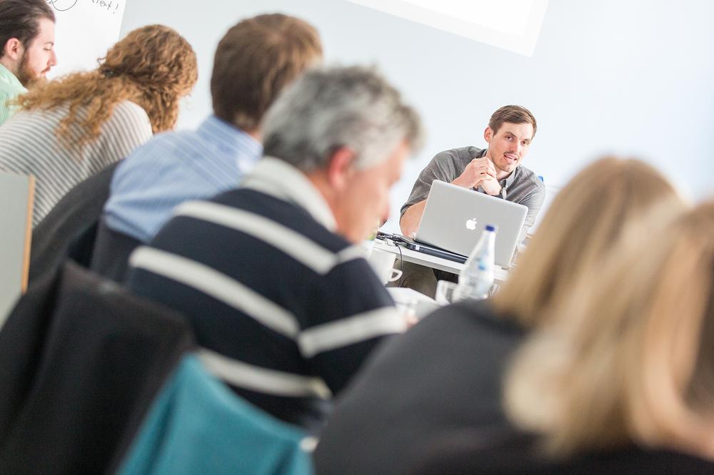 Viele Teilnehmer hören am Innovation Lab gespannt dem Referenten Jan Hawliczek zu.