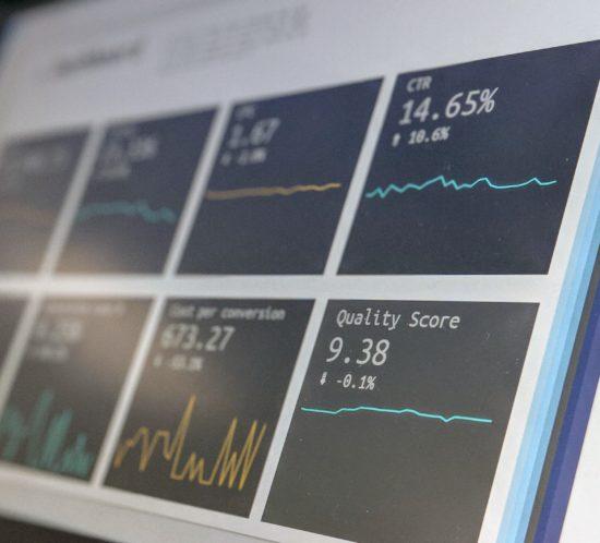 Bildschirm mit Daten, Diagrammen und Statistiken