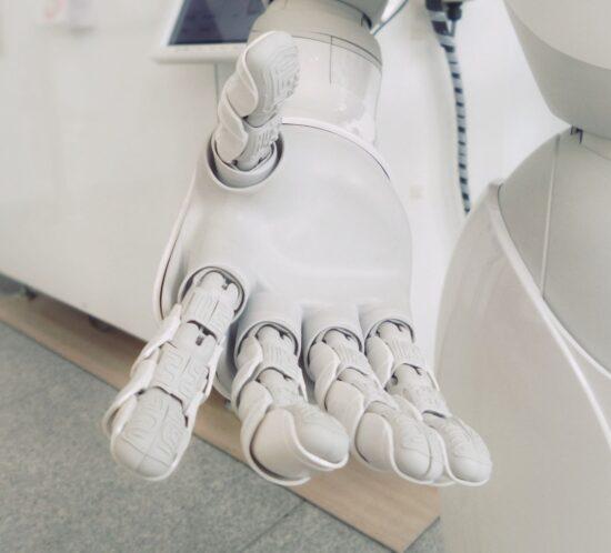 Eine Hand eines Roboters, der einen Chatbot im Recruiting darstellt