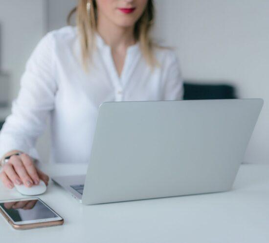 eine Frau sitzt am Laptop und repräsentiert den prospective Blogpost über Scrolltiefe