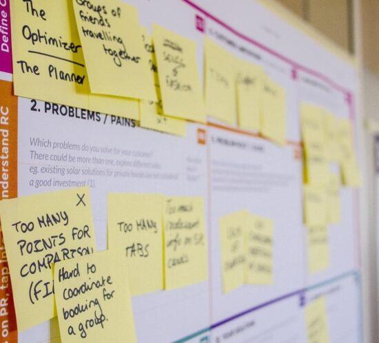 Eine Pinnwand mit vielen Post-its zeigt den Bewerbungsprozess