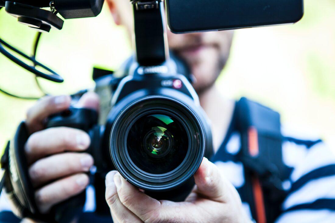 Eine Fotokamera ist frontal auf den Betrachter gerichtet
