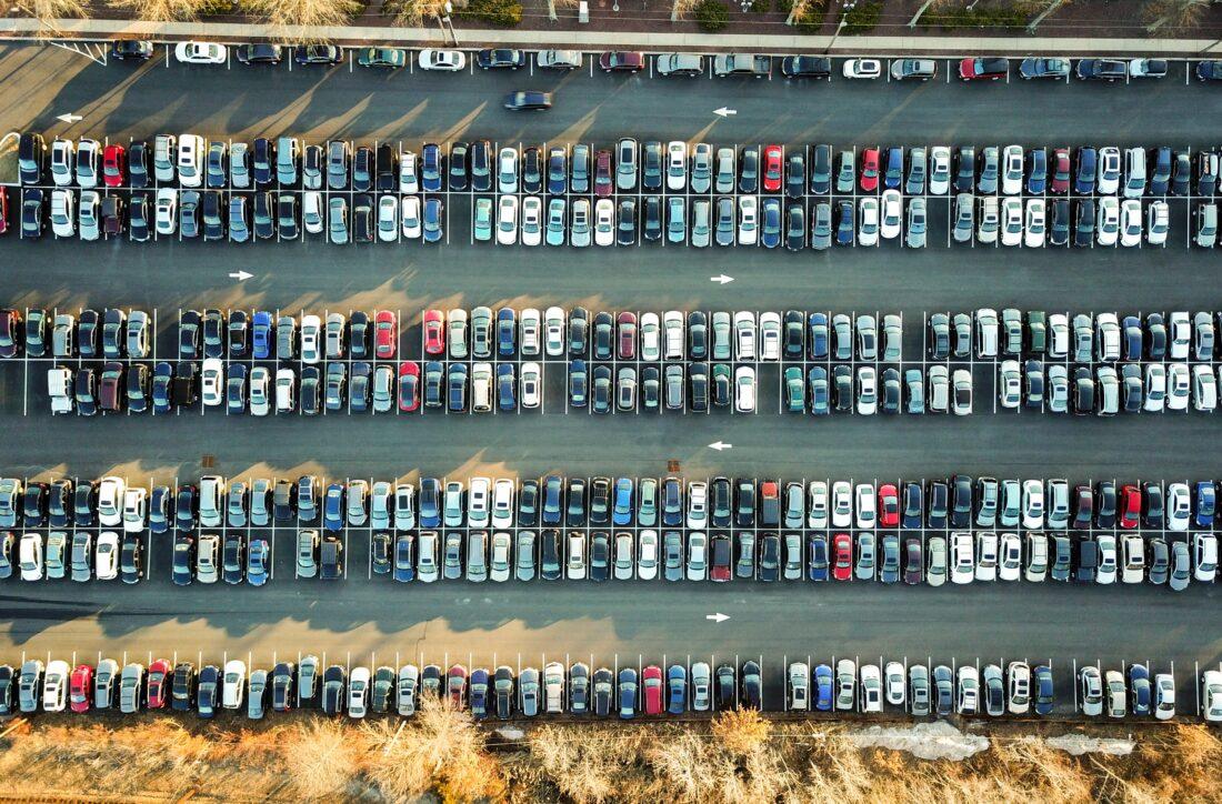 Ein Autoparkplatz ist aus der Vogelperspektive zu sehen