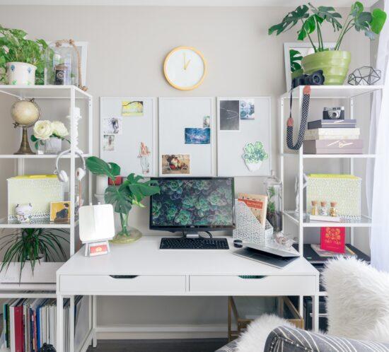 Ein Zimmer mit Bürotisch, PC und zwei Etageren ist zu sehen