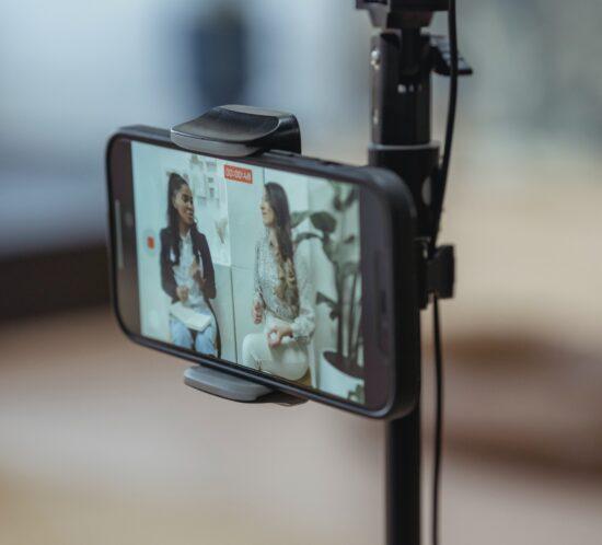 Eine Kamera nimmt zwei Personen auf